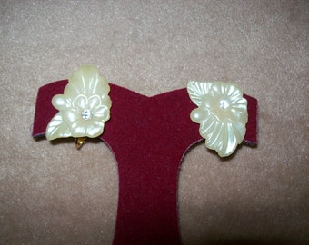 Vintage Clip-On Earrings~White Flowers with Rhinestone Earrings~Lucite or Plastic~Lightweight~Perfect for Summer~Bridal Jewelry