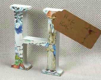 Peter lapin crèche lettres avec l'étiquette de nom peint à la main. Idéal pour les douches de bébé et cadeaux de baptême + emballage cadeau gratuit!