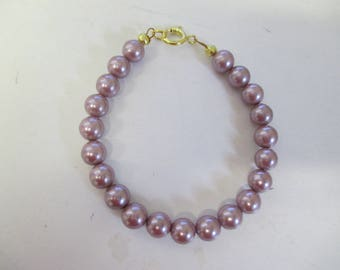 Light purple freshwater cultured pearl bracelet with gold plated clasp.