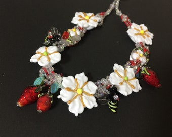 Daisy and bees necklace earrings set