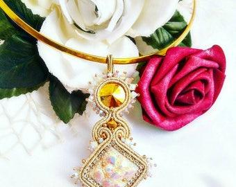 Collana soutache, pendente soutache, pendente, soutache, oro, collana in oro, collana beige, collana elegante, pendente elegante,