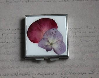Pilulier ou petite boîte carrée recouverte de résine et de pétale de Rose et de fleur séchée d'Hortensia