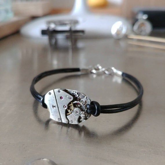 Men's bracelet in leather and silver with a silver watch movement