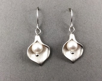 Cala lily earrings, flower earrings, pearl earrings, bridesmaids gifts, white pearl earrings, silver flower earrings