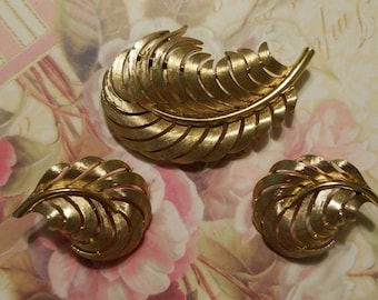 Crown Trifari Brushed Textured Gold Leaf Brooch Matching Clip on Earrings