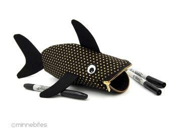 BÉBÉ requin sac - colorie pochette - poisson d'or noir sac à main - enfants jouet Animal sac - cadeau d'anniversaire de requin - maquillage trousse Wristlet - prêt à l'expédition