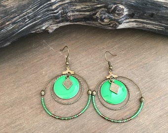 Earrings in bronze and green sesuins.