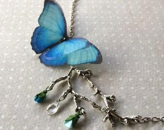 Morpho à la main en coton bleu et Organza de soie collier papillon sur une branche d'arbre plaqué argent avec papier minuscules boutons de roses et de verre goutte - OOAK