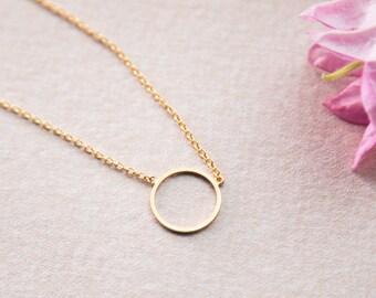 Kette Kreis, Ring, kurz und rund geformt in gold veredeltem Messing. Minimalistisch und filigran. Lemonandpinkberlin