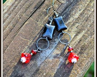 Rouge blanc et noir boucles d'oreilles avec cadeau à la main d'Accents d'argent oxydé