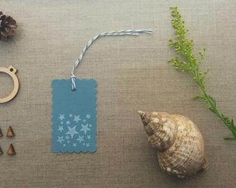 groß Geschenkanhänger weiß Sterne Hand gedruckt festliche kühlen blauen Farbe schlicht Karte Preisschilder hängen