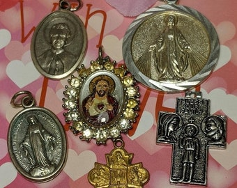 Big Sale Special Vintage Religious Medals Lot With Glass Crystal Sacred Heart of Jesus Pendant Jewelry Virgin Mary Four Way Cross