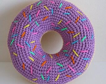 Helder paars berijpte donut kussen met rainbow hagelslag haak