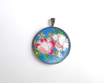 Round pendant, patterned with cherry blossom pink and white on blue background, Japanese (washi paper + glass cabochon).