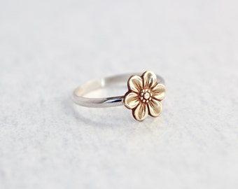 Flower Ring.  Sterling Silver ring with tiny flower.  Simple and minimal ring.  Everyday wear jewelry.  Daisy.