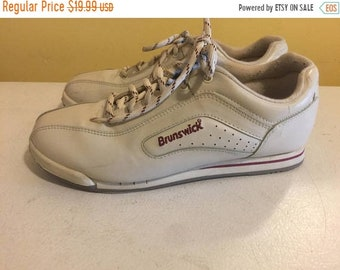 NEW LOW PRICE Vintage Brunswick Womens Bowling Shoes size 9 Med Width white with red