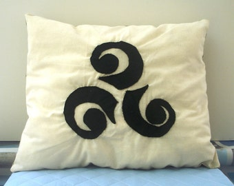 Cushion Celtic triskelion applique pattern