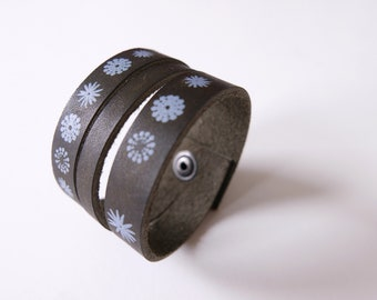 Leather bracelet in dark green, with blue flowers