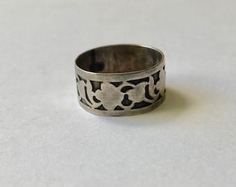 vintage sterling patterned band, size 7.5