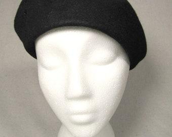sz. 24 1/2 XL   vintage black wool beret / womens 60s beret / vintage black beret / vintage black hat / 60s womens beret / minimal hat