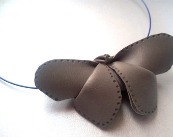 Colgante de cuero sintético-origami mariposa