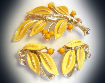 Gorgeous LISNER jewellery set ~ Vintage 1950's Yellow Enamel and Lucite Leaf Leaves Gold Tone Brooch Pin Clip On Earrings demi parure Signed