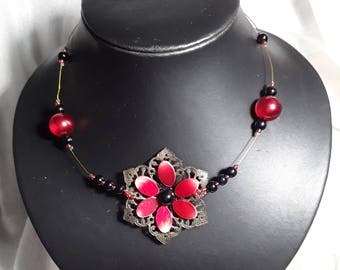 """""""Flora"""" necklace made of twisted wire, a pendant set with Pearl nacre, glass beads"""