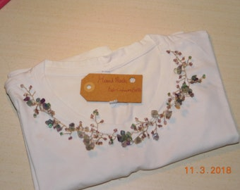 T-shirt with decorative beads and mauve hard stones