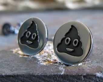 Poop Emoji Sterling Silberohrstecker. Poo Beiträge. Lustige social-Media-Geschenk. Knebel Popkultur Schmuck. Süße kleine Ohrringe.