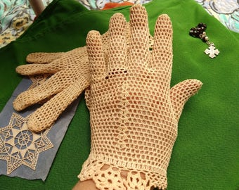 Antique Beige French Filet Lace Gloves Hand Crochet Cotton Size Medium 7 Church Collectible Costume Bride #sophieladydeparis