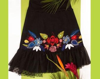 Jupe ligne A-noire en jeans brodée-taille extensible-volant transparent noir au bas-broderie-appliqué-couleurs-motif fleurs tropicales-