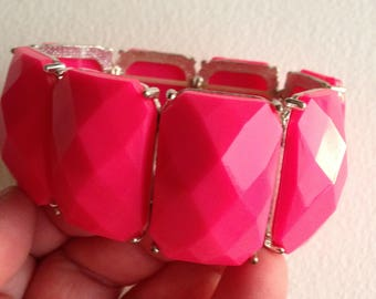 Bracelet - shocking pink faceted beaded elasticated bracelet retro design large beads