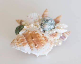 Mermaid hair clip with seashells and glass pearls in ivory, green and sand.
