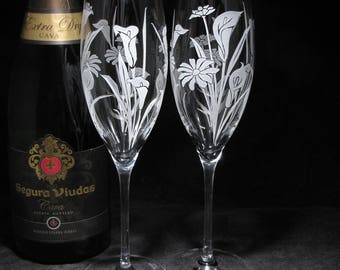 NEW 2 Calla Lily and Daisy Champagne Flutes, Fine Crystal Gift for Bride & Groom, Personalized Wedding Present for Bride to Be, Couple