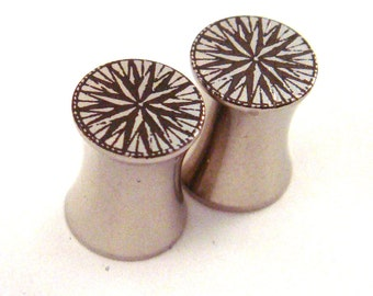 """Compass Rose Stainless Steel Plugs 2g 0g 00g 7/16"""" (11mm) 1/2"""" (13mm) 9/16"""" (14mm) 5/8"""" (16 mm) 3/4"""" (19mm) 7/8"""" (22mm) 1"""" (25mm) Ear Gauges"""