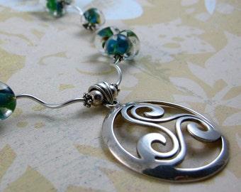 Pendentif en argent sterling celtique rêve spirale Trinité avec collier de perles de corail vert bleu teardrops