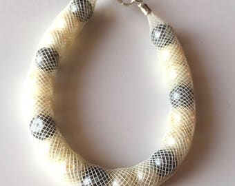 Bracelet mesh tubular cream with pearls
