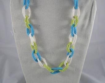 Col099 - Collier anneaux bleus, verts et blancs au crochet