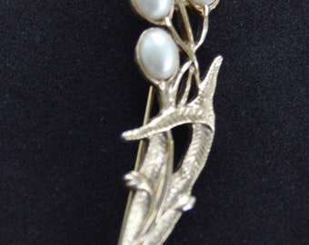 1928 Faux Pearl. Gold tone Floral Brooch, Vintage (T9)