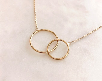 Gold Eternity Linked Circles Necklace / Dainty Friendship & Love Charm Necklace / Minimalist Elegant Modern Mother Gift