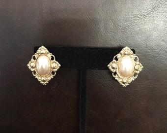 STUNNING Gold Tone Faux Pearl Earrings  J27
