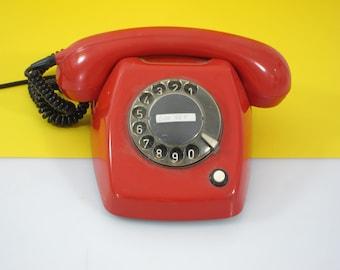 TttttRRIiiiiiNNNG ! Red vintage plastic telephone