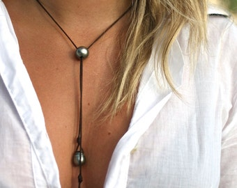 Pearls necklace with leather and Tahitian black pearls, lariat necklace, pearl pendant on leather, St Barts pearl and leather necklace.