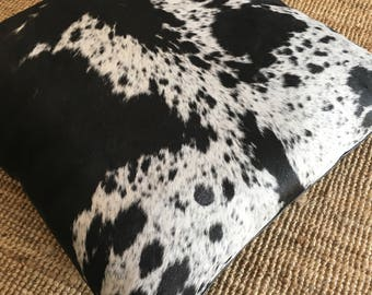 Coussin de sol en peau de vache N'guni et cuir de buffle