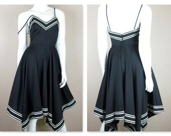 Jahrgang 1970 Sommerkleid / Halfter / Größe kleine S / schwarz-weiß / Resort Mode / Taschentuch Saum