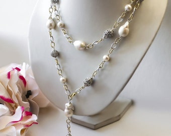 Long necklace sautoir with baroque pearls on chains