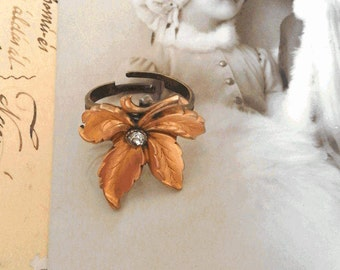 Ring Art Nouveau 19th century plated gold leaf and white glass stone