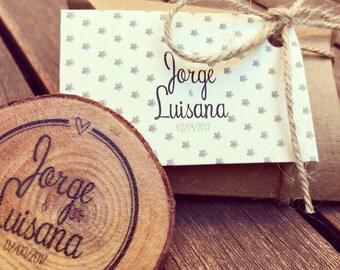 Wedding details. Custom Magnets. Wood-sliced magnets. Original wedding details. Wedding gifts. Wedding Souvenirs. Reminders.
