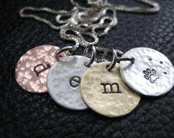 Tamponné Charm Necklace, Mothers Day, rustique, mélange de métaux collier, bijoux initiales