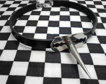 QUEEN of PAIN Choker - Spiked Faux Leather Choker with Stainless Steel Razor Blade